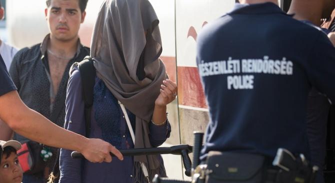 Имигранти щурмуваха Унгария. Летяха куршуми