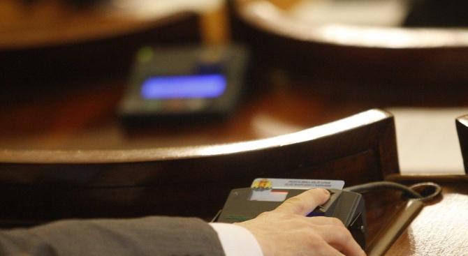 Депутатите гласуват вотa на недоверие към кабинета