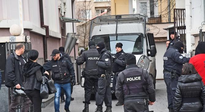Спецакция срещу  Божков! Полицаи с качулки нахлуха в офисите му