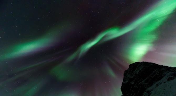 Астрономи откриха нов вид полярно сияние