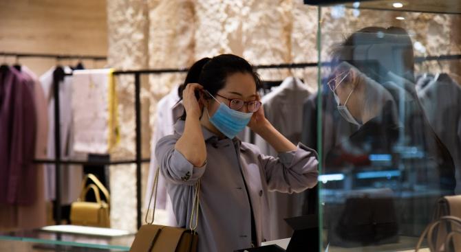 Шефът на СЗО обезпокоен от предаването на коронавирус от човек на човек извън Китай