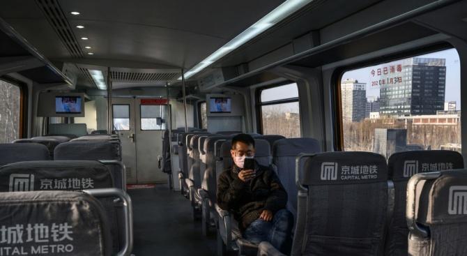 Задължително проверяват температурата на пътниците в метрото в Пекин