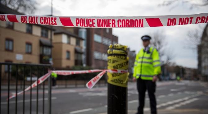 Британската полиция съобщи днес, че полицаи са простреляли мъж в