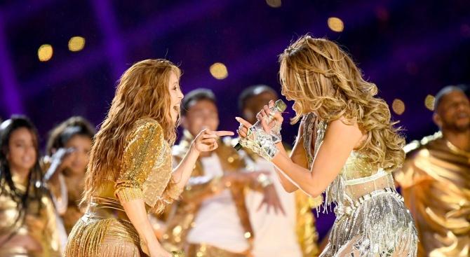 """Изненадващ политически заряд по време на изпълнението на Дженифър Лопес и Шакира на """"Супербоул"""""""
