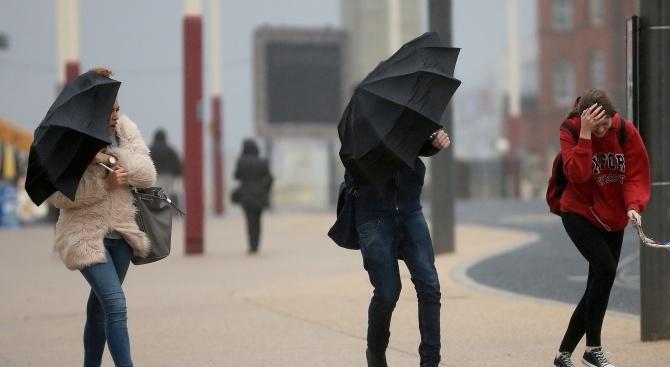 Жълт код за силен вятър е обявен за 20 области на страната