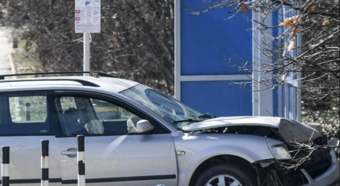 Кола блъсна и уби дядо на спирка
