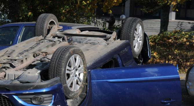 Трима младежи са пострадали при катастрофа с преобърнат автомобил по