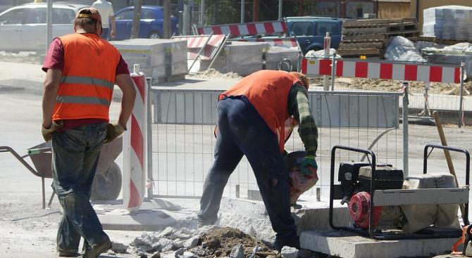 """Работници от ОП """"Строителство и благоустройство"""" започнаха запълването на дупките"""