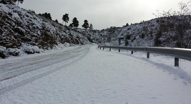 Заради обилен снеговалеж основни пътища в Северна Гърция са затворени,