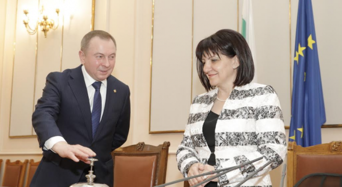 Председателят на Народното събрание Цвета Караянчеваразговаря сминистъра на външните работи