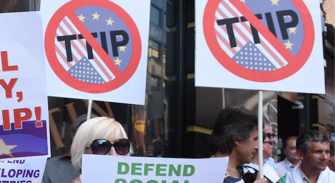 Десетки граждани на Добрич се събраха днес на протест срещу