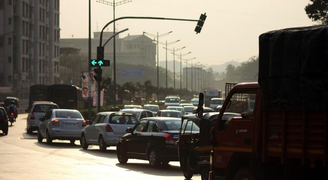 Умни светофари наказват шумни шофьори в Мумбай