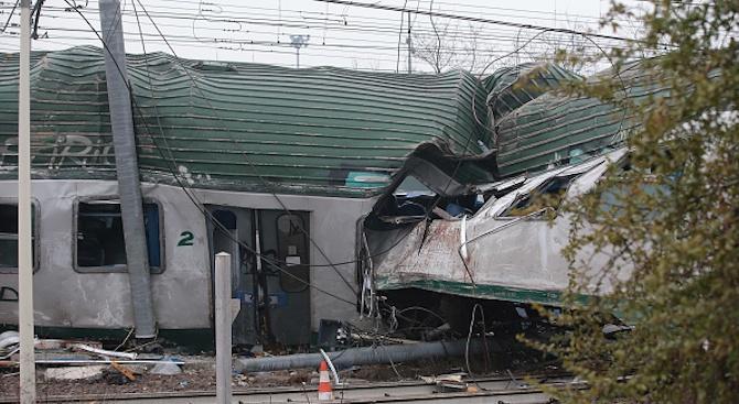 Двама души загинаха, 31 са ранени при дерайлирането на високоскоростния