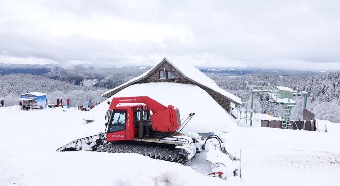 Тежка техника се включи в разчистването на снега по пътя