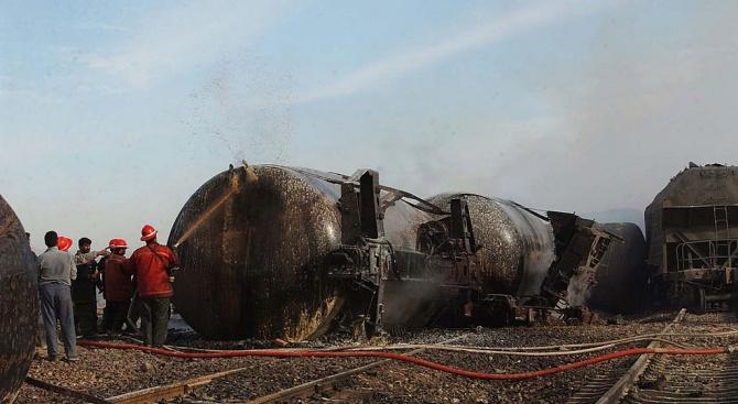 Влак дерайлира и се запали в Канада