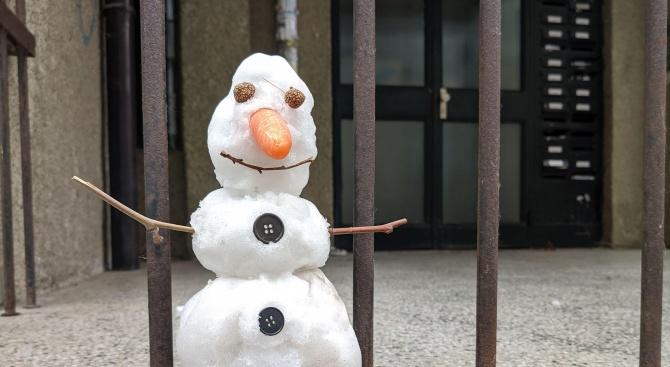 Снегът във Варна стига само за бебета снежни човеци