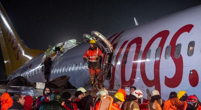 Американски следователи проверяват мястото на самолетната катастрофа в Истанбул