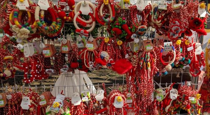 Търговците подредиха мартениците в центъра на Варна