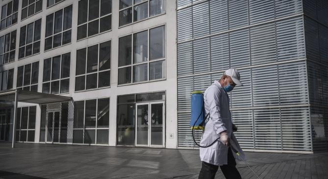 Служител в медицински център в Англия е заразен с коронавируса