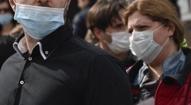 Аптеки останаха без медицински маски