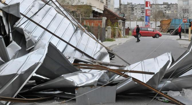 Покрив на детска градина в Ботевград се срути заради силен вятър