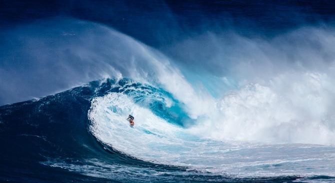 Огромна вълна прати известен сърфист в болница