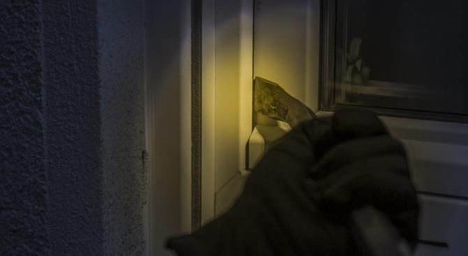 Мъж ограби и преби дядо в дома му