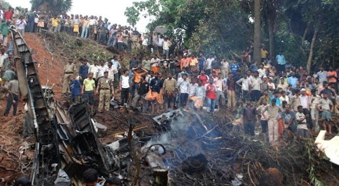14 загинаха при катастрофа между автобус и камион в Индия