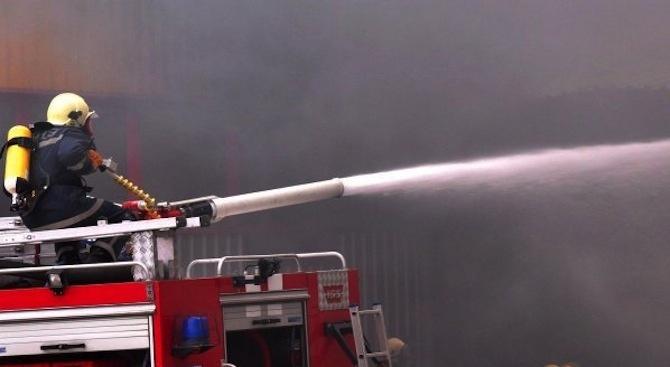Битови отпадъци пламнаха във вход на блок в Русе