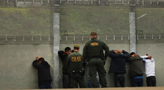 Пентагонът дава още 3,8 млрд. долара за стената по границата с Мексико