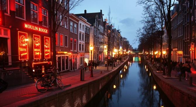 Амстердам забранява груповите посещения в Квартала на червените фенери