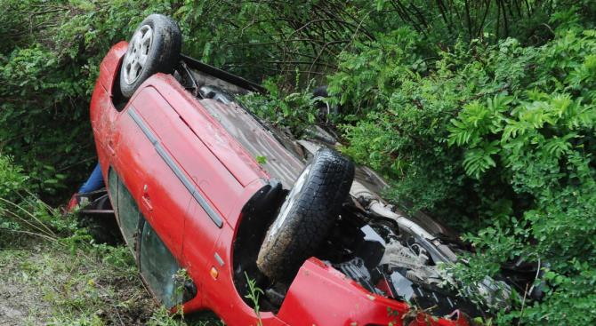 """Кола се преобърна на АМ """"Тракия"""". Шофьор е ранен"""
