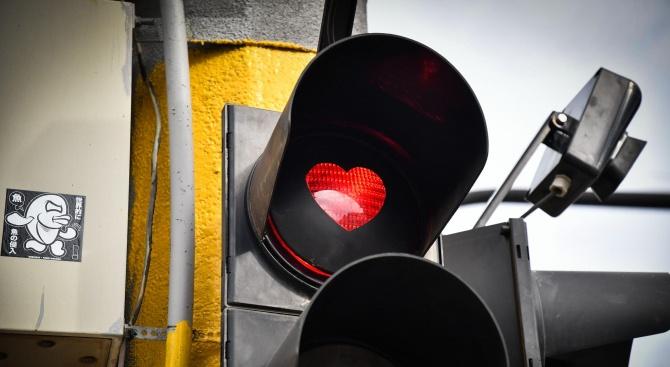Светофари в центъра на София светнаха със сърчица за Свети Валентин