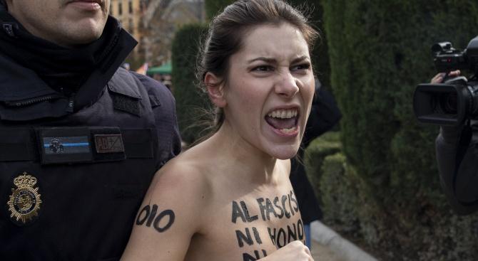 Разголени активистки на Фемен протестираха в Париж срещу убийствата на жени
