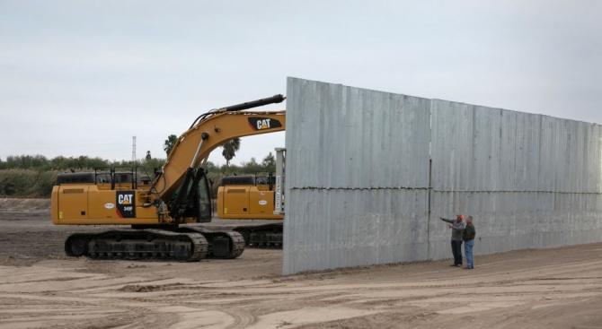Близо 200 км от новата стена по границата на САЩ с Мексико вече са построени