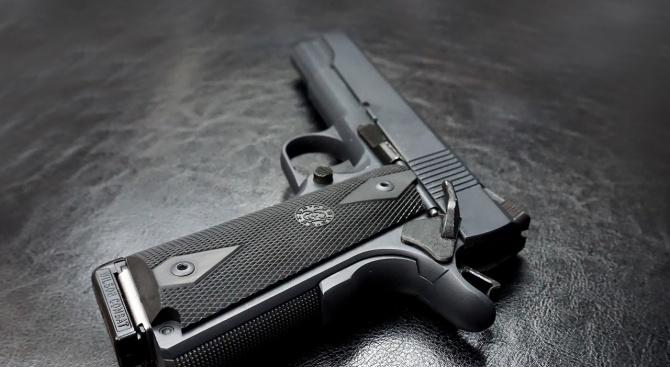 Учителят, изпуснал пистолета си в класна стая, обясни защо е носил оръжие у себе си