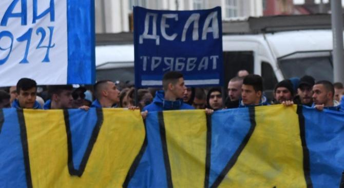 Фенове на Левски обиждаха  премиера