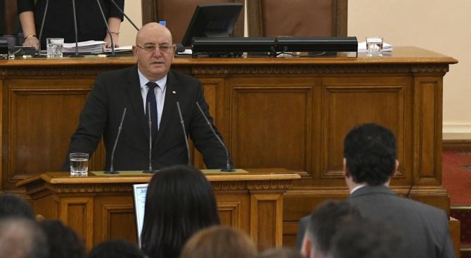 Министър Димитров: Започва товаренето на 54 контейнера с италиански боклук