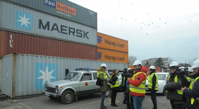 На пристанището във Варна товарят поредните контейнери с отпадъци за Италия