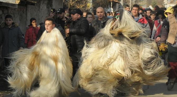 Кукери изгониха злите духове в Бургас