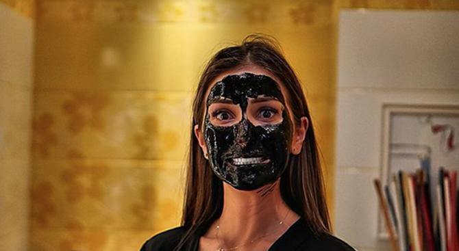 Алекс Петканова се пусна по маска