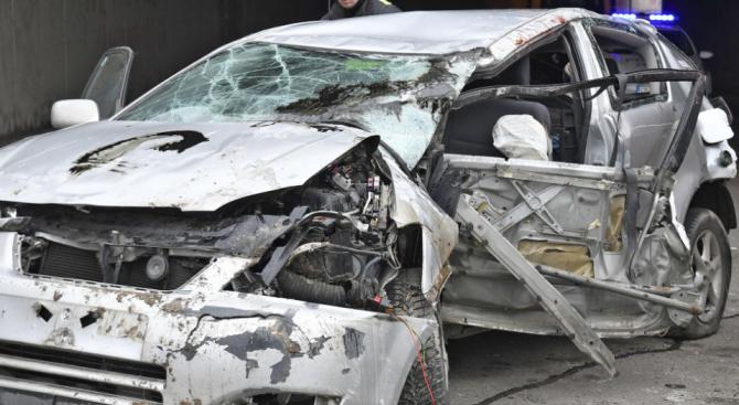 Високата скорост на пътя вкара двама в болницата