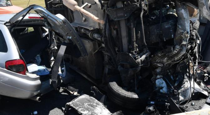 Катастрофа между товарен автомобил и лека кола в Хасковско
