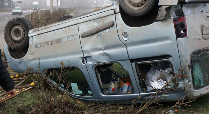 39-годишен мъж преобърна колата си, с опасност за живота е