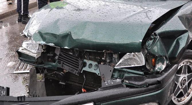 68-годишен шофьор поме паркирана кола, а тя дърво