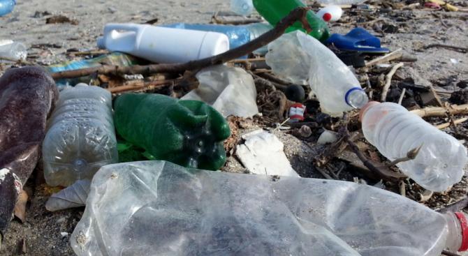 Фермер засне как изхвърлят отпадъци от микробус