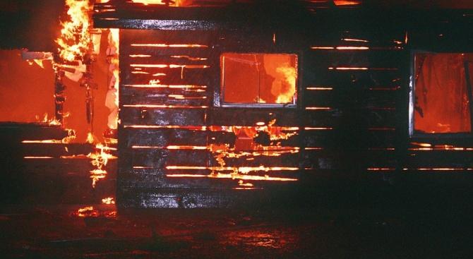 Възрастен мъж пострада при пожар в Добрич