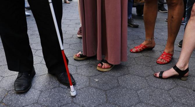 Доброволци подаряват разходка с незрящ човек