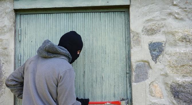 """Криминалисти задържаха по """"горещи следи"""" 24-годишен крадец и нападател"""
