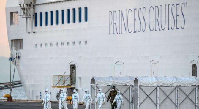 Пътниците на поставени под карантина круизни кораби описват сюрреалистична атмосфера на борда